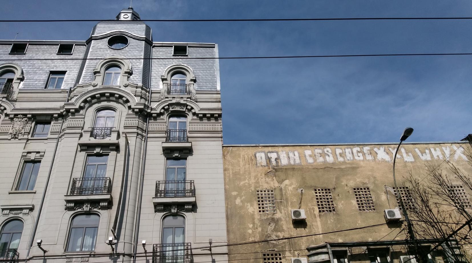 Contrasti architettonici in Boulevardul Regina Elisabeta