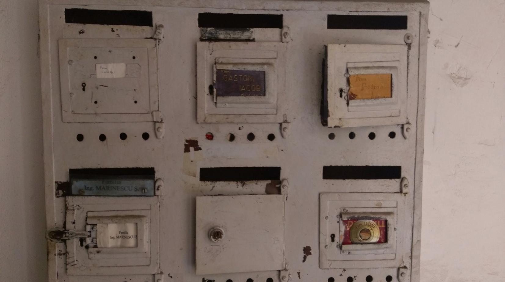 La cassetta delle lettere in un palazzo abitato da famiglie ebraiche fino agli anni quaranta