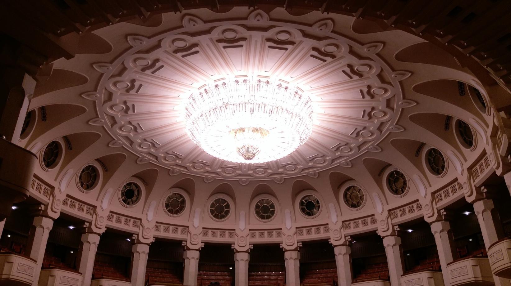 Uno dei lampadari del Palazzo del Popolo