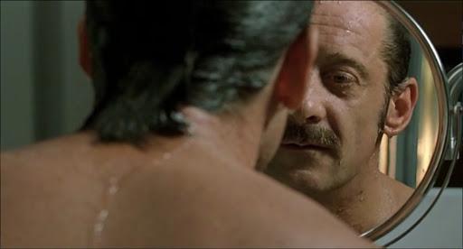 Un fotogramma tratto da L'amore sospetto (2005), tit.orig. La Moustache, con Vincent Lindon e Emmanuelle Davos, regia di Emmanuel Carrère